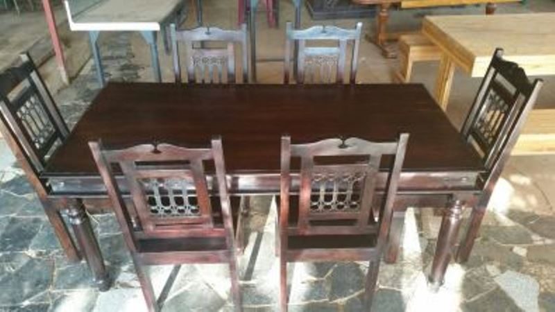 Excellent condition - Diningroom table & chairs