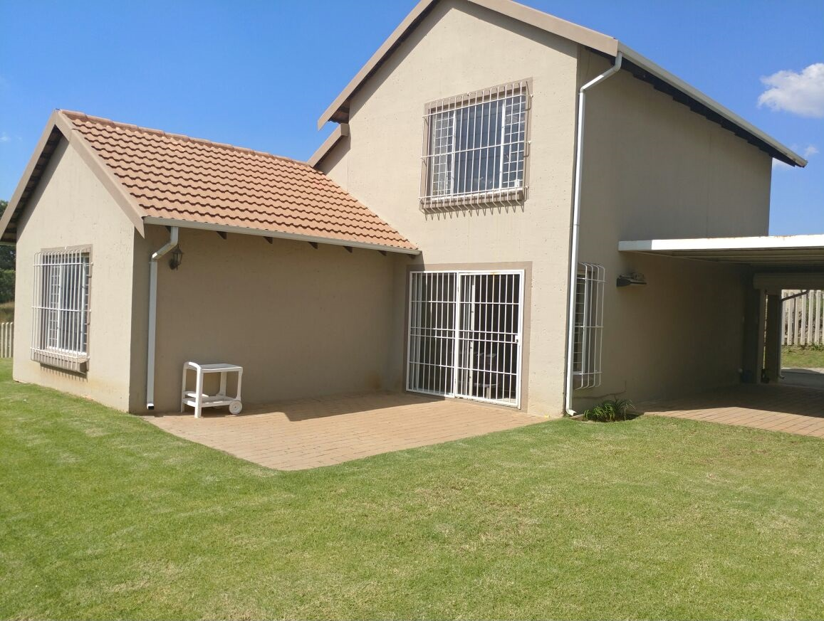 A MUST SEE!!!! 4 BEDROOM CLUSTER IN BLUE LAKES ESTATE, KLEINFONTEIN LAKE, BENONI