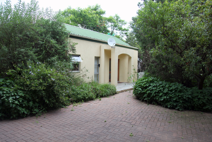 Beautiful Convenient, Furnished, Serviced and Equipped Garden Cottage close to Lanseria Airport, R512 and N14