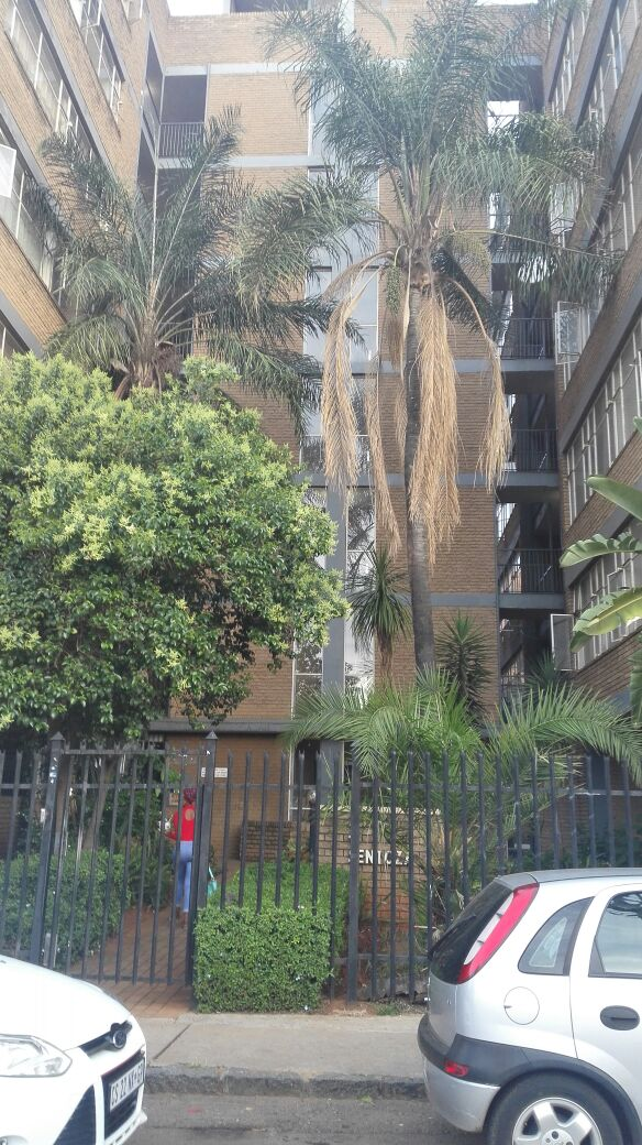 Neat one bedroom flat in Sunnyside with parking