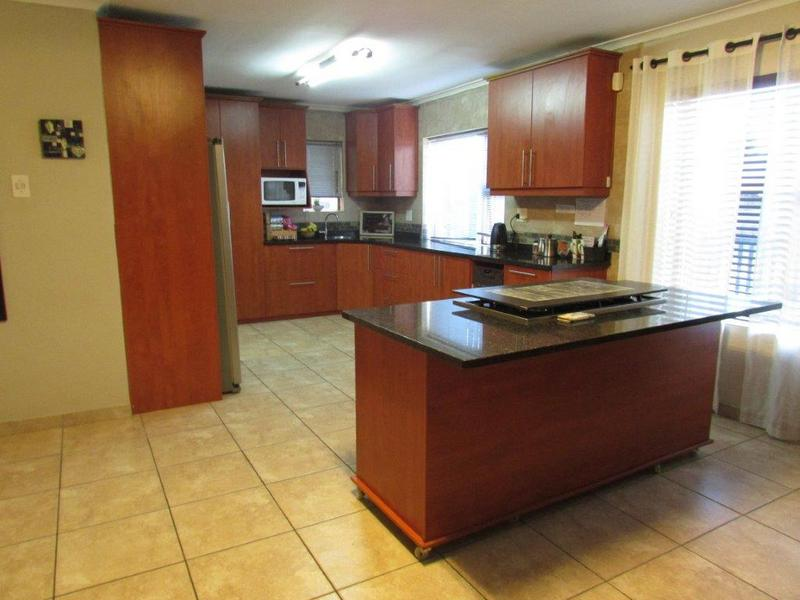 Goodwood Estate: Enclosed Prop, 3Bed/2Bath,Indoor Braai room to Patio/pool,Double Garage/Carports