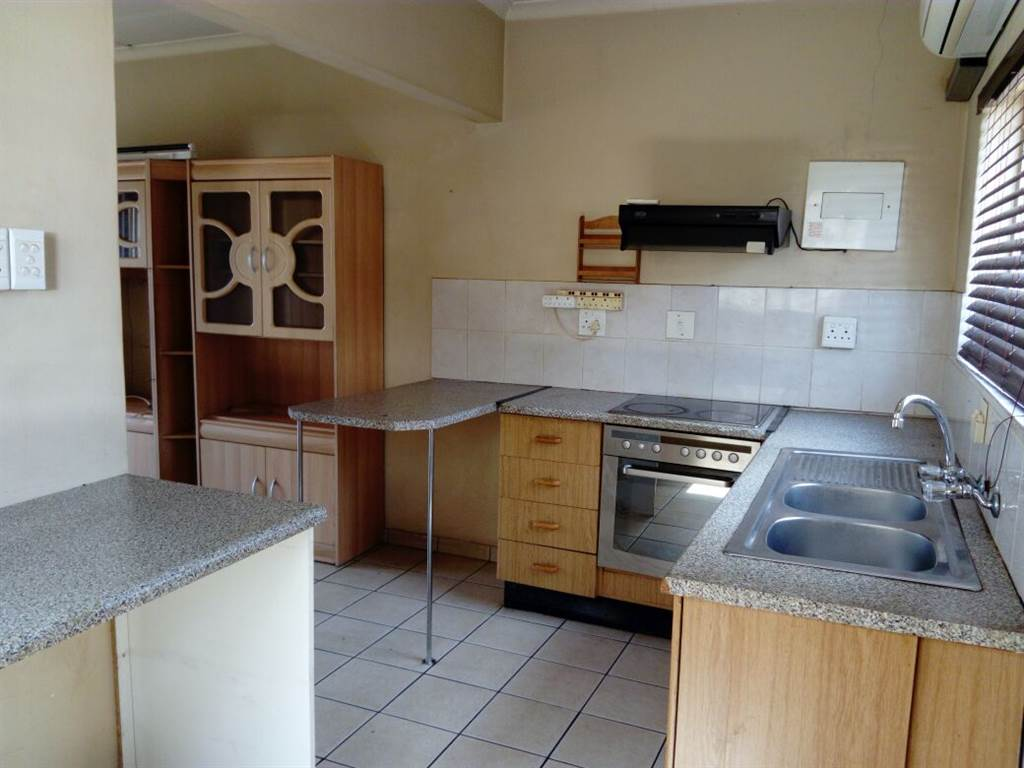 Eloffsdal.Tuscan style house on large stand,for sale Tiled roof. 3 bedrooms with build in cupboards