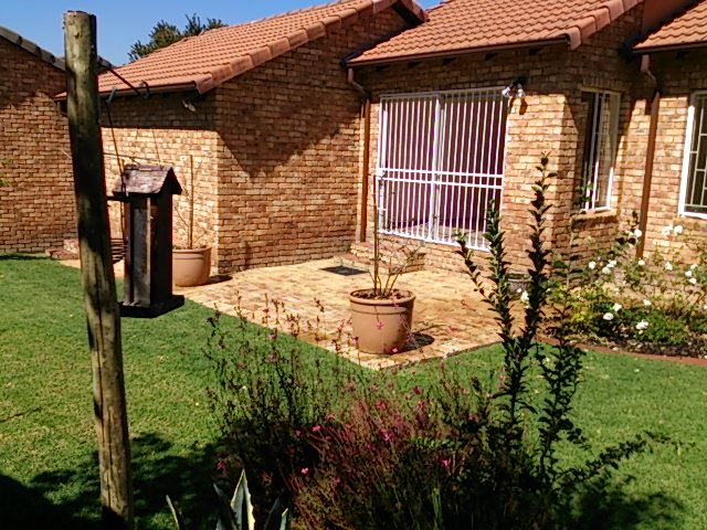 Lovely 2 Bed 2 Bath Townhouse in Olivedale for rent R9500.00