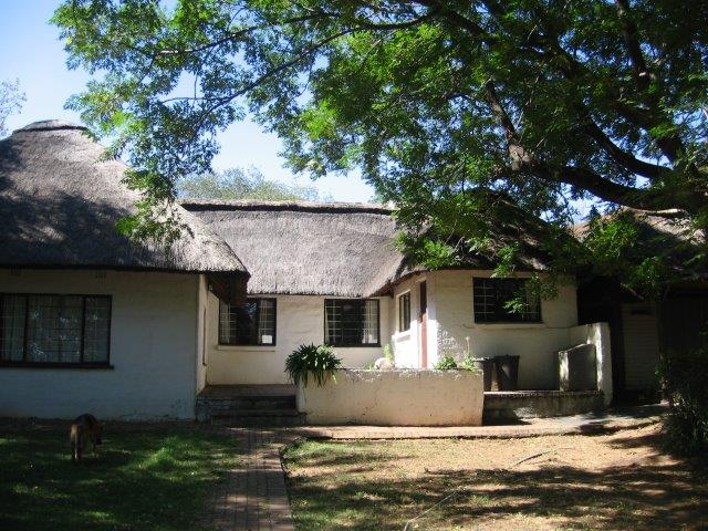3 bedroom thatch farm house to rent in Nooitgedacht off R114 and Malibongwe Drive