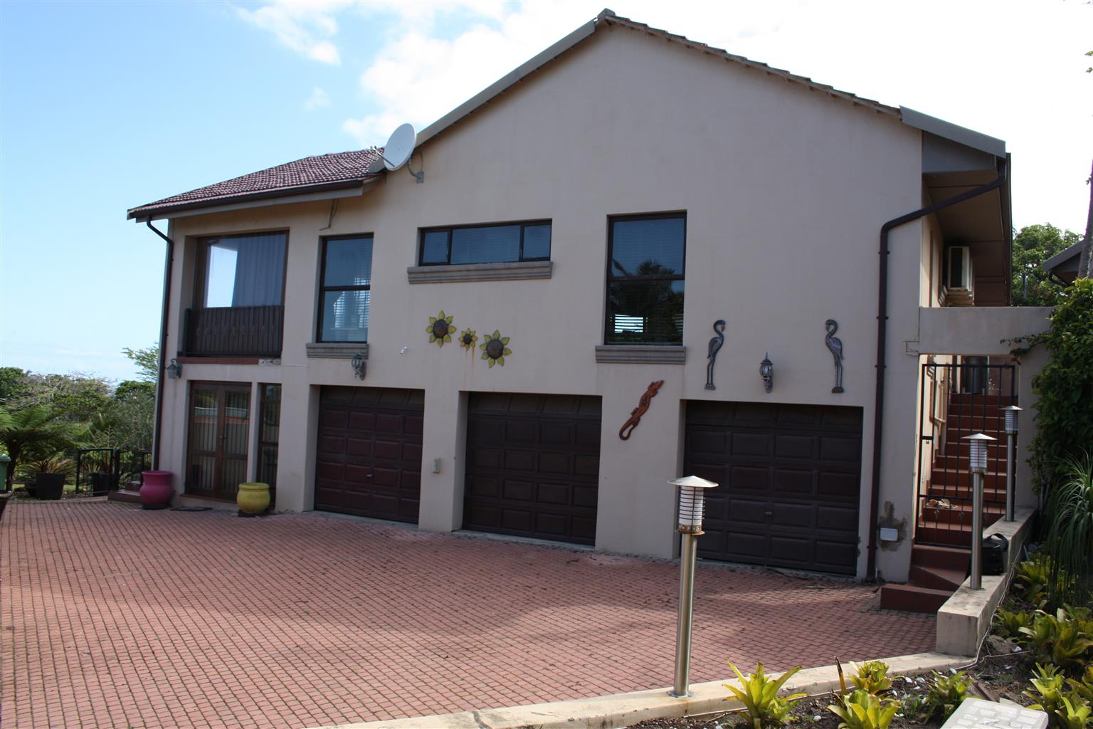 UVONGO LARGE 10 SLEEPER HOLIDAY HOME FOR RENT: WALK TO BEACH BEAUTIFUL SEA VIEWS( R4500 PER DAY)