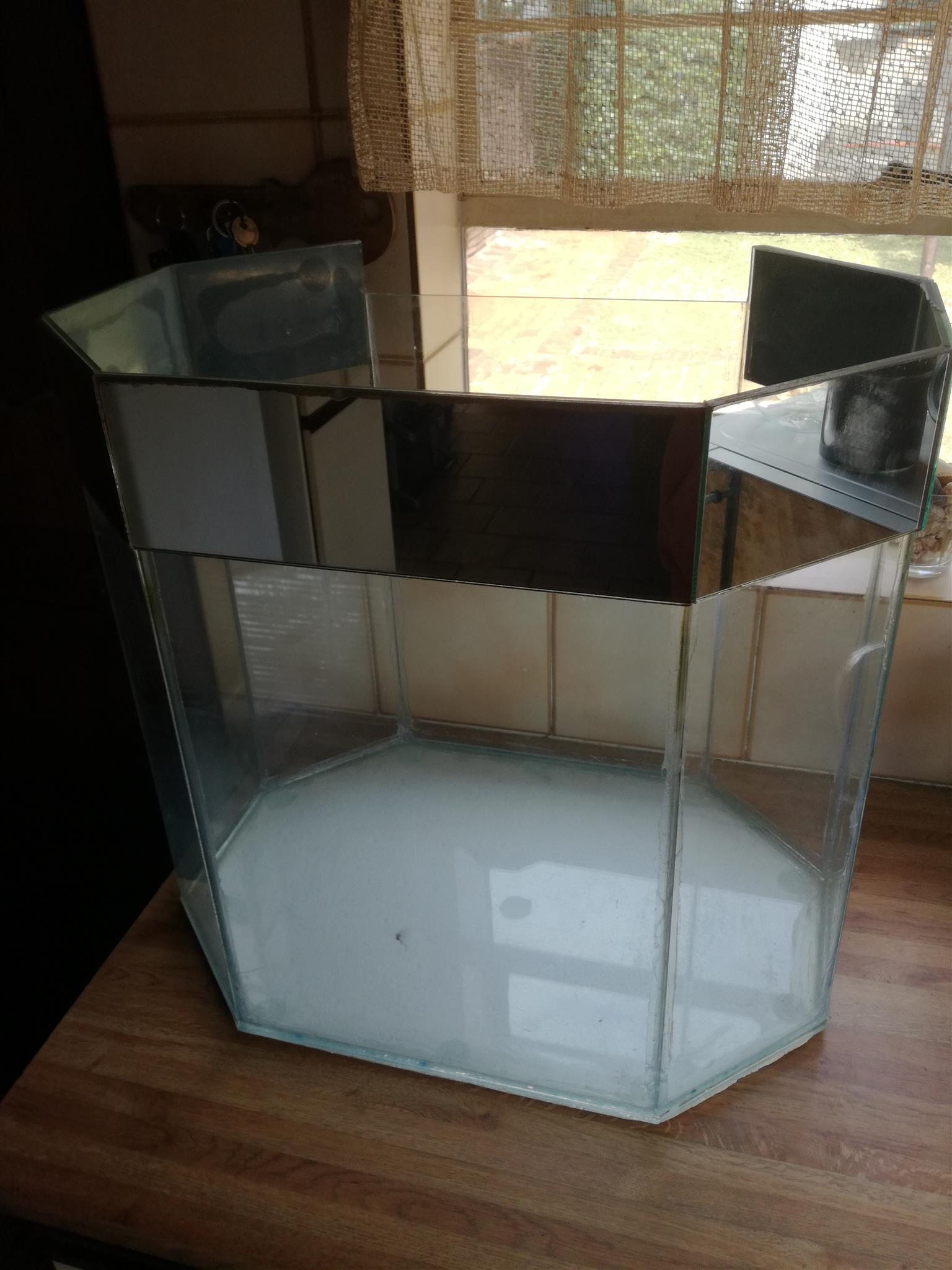 Fish tank for sale for R1 000 or nearest cash offer