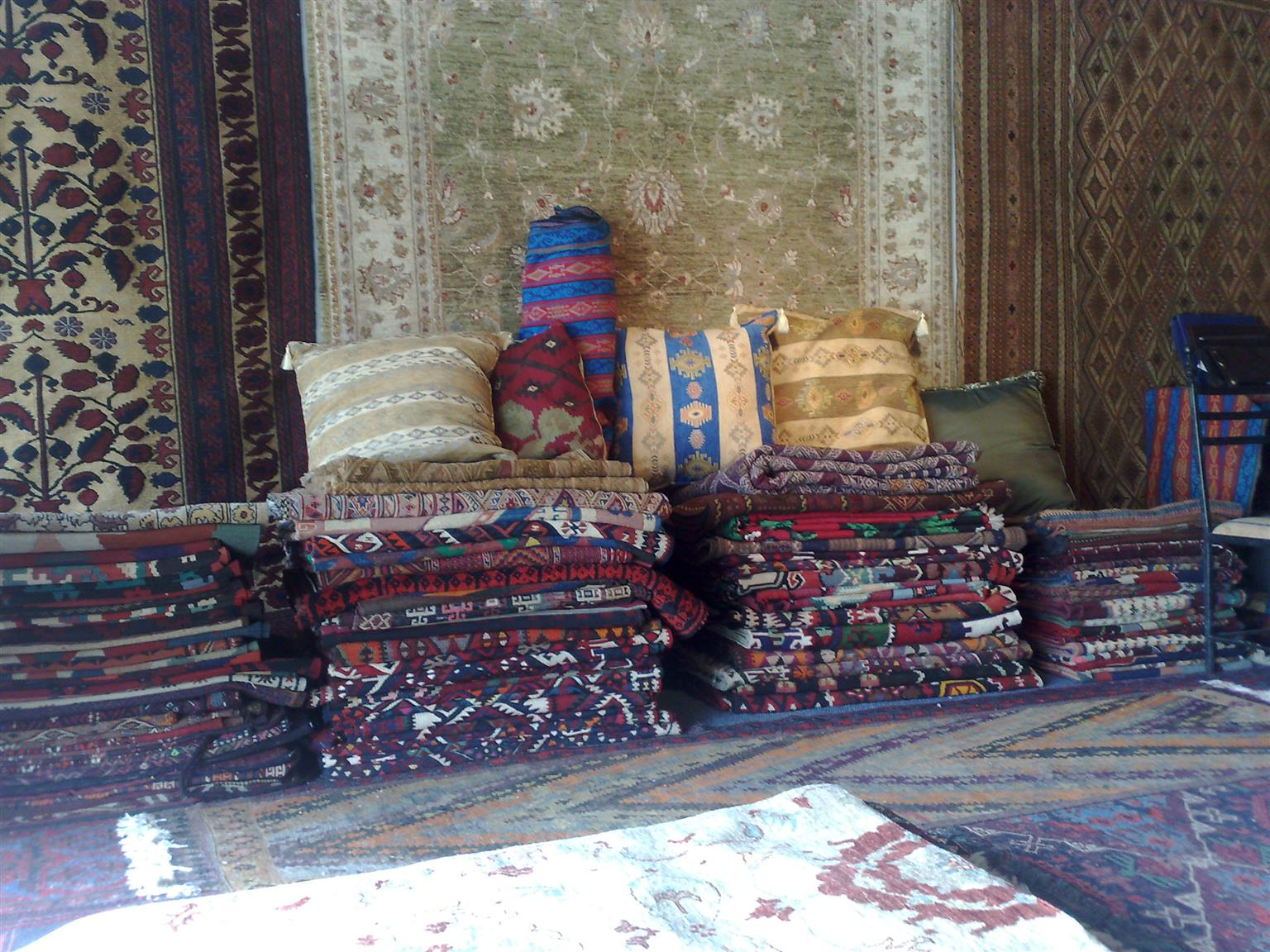 GARAGE SALE-OUT FOR CARPETS ,RUGS, TABLE CLOTHS, CUSHIONS, INTERIOR DECORAIVE ITEMS