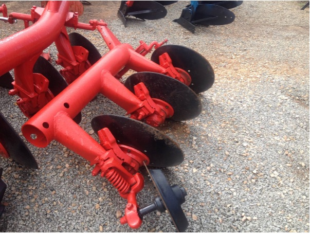 S2897 Red Massey Ferguson (MF) 3 Disc Pipe Plough / 3 Skottel Pyp Ploeg Pre-Owned Implement