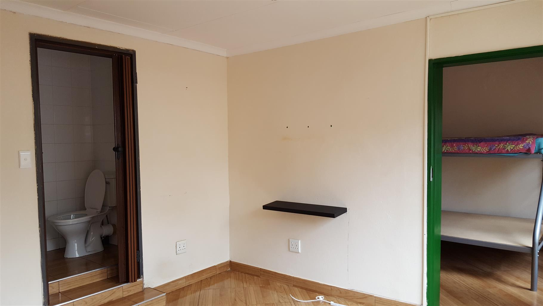 Bachelor open plan flat for hire Deposit R3500