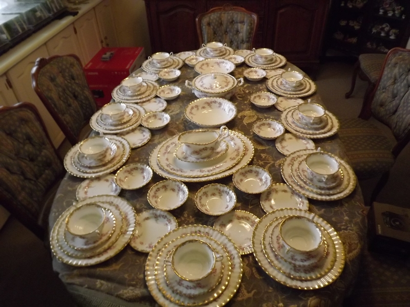 I AM LOOKING TO BUY ROYAL ALBERT TEA SETS AND DINNER SERVICES AND GOLD CUTLERY .