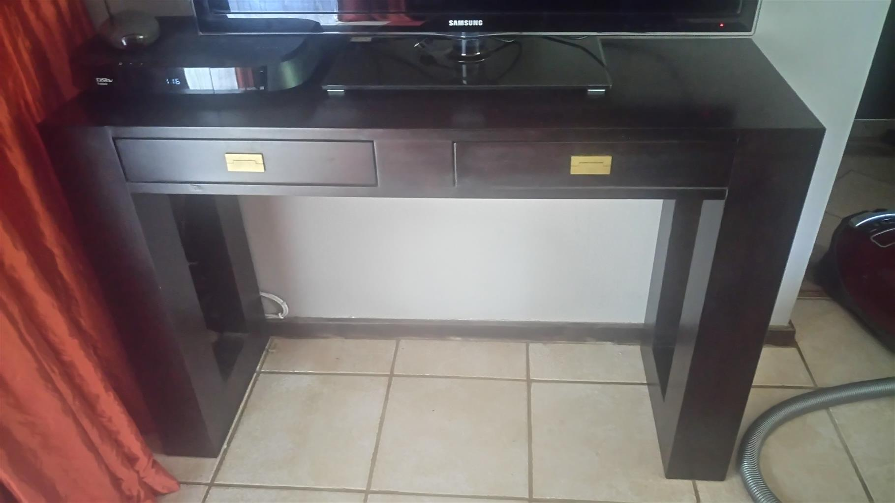 Coffee and side table for sale. Price negotiable. R500 each