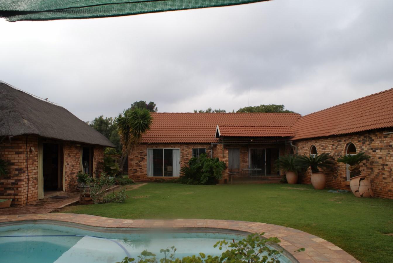Kleinhoewe te koop. Prys drasties verminder. Tussen Pretoria en Brits op R513/ Van Der Hoff weg