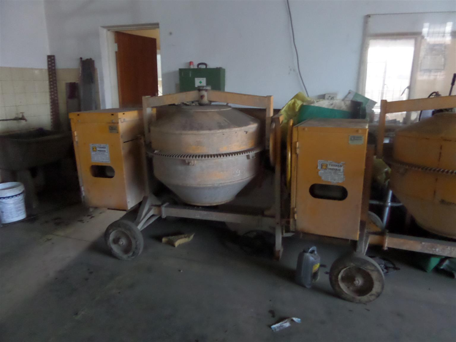 Heavy duty concrete mixer/ Turner Morris Model 400PH (Honda Petrol Motor), at R14 000.00  hardly used, excellent condition. !