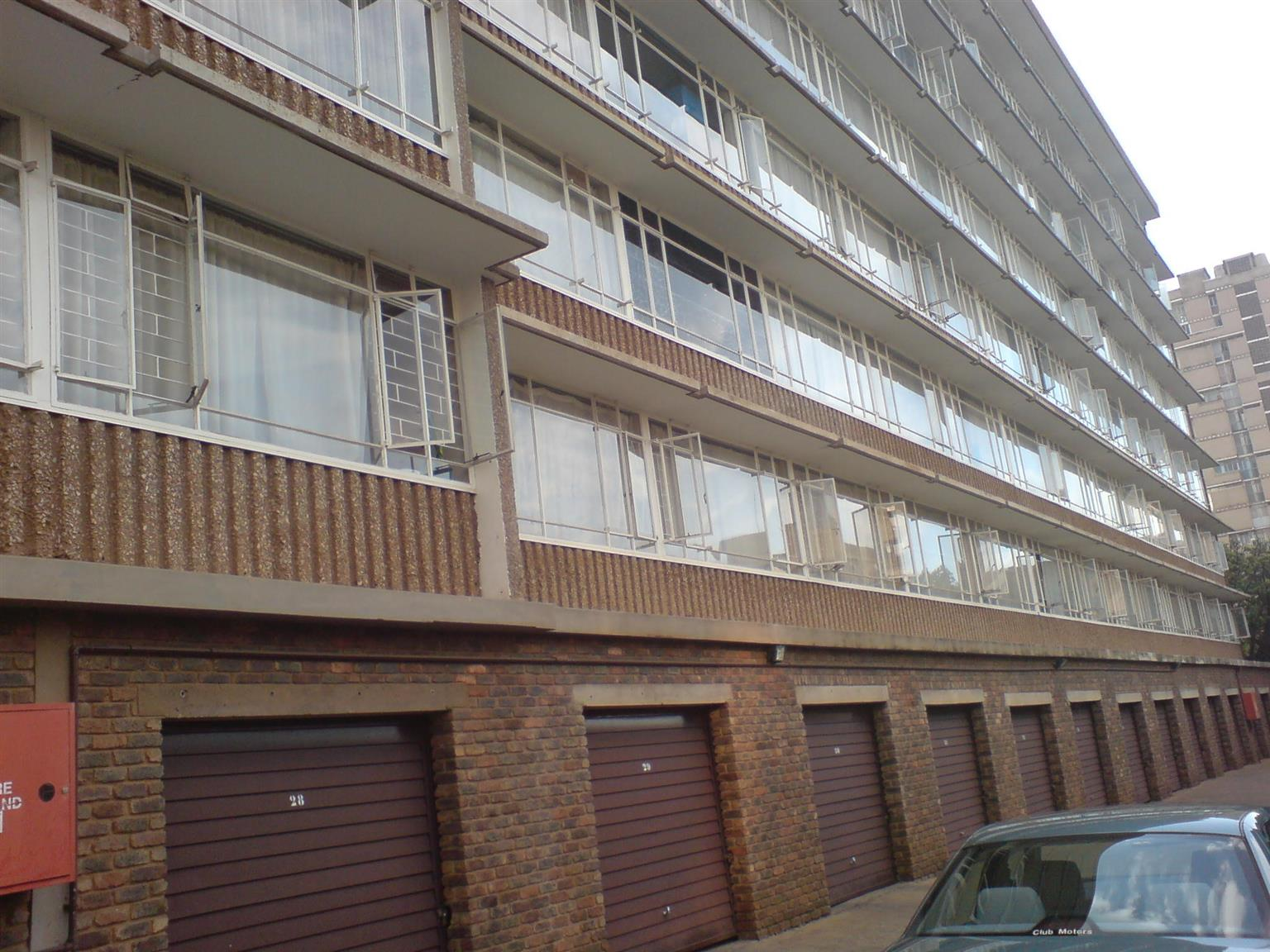 Well maintained, one bedroom flat in well maintained & secure block for rent