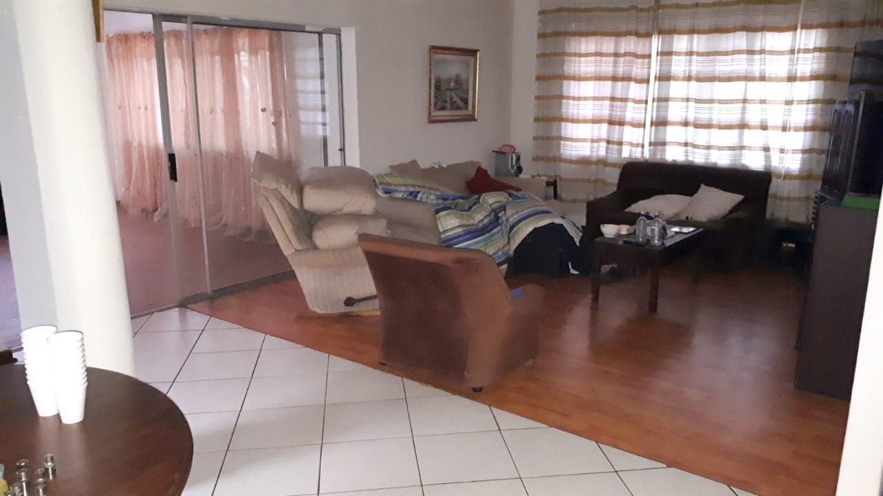 1 room available in doringkloof house.