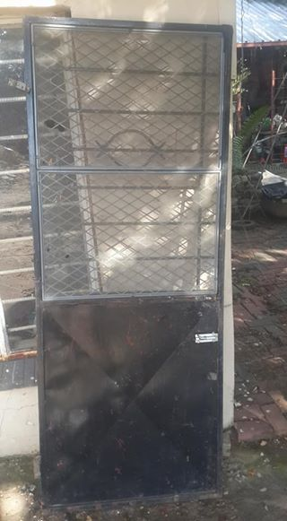 Staaldeur met gaas en diefwering