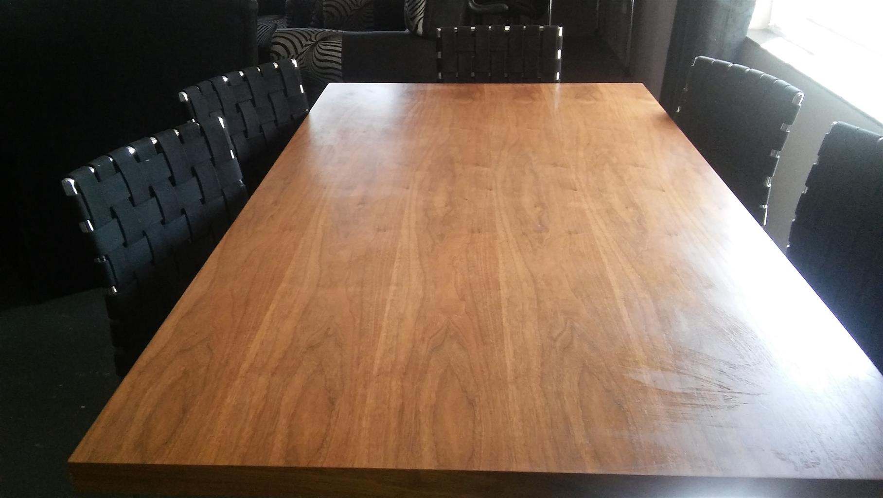 Stunning Dining Table & 6 Chairs