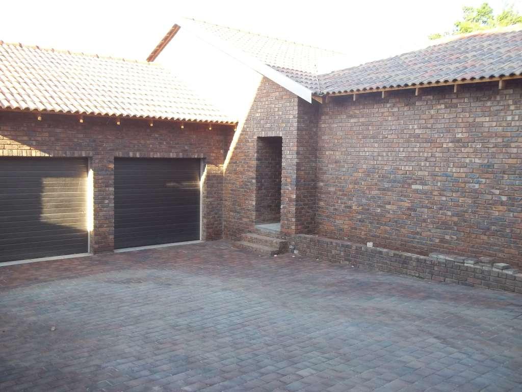 Upmarket 3 Bedroom Free Standing House  - Waverley / Bergtuin