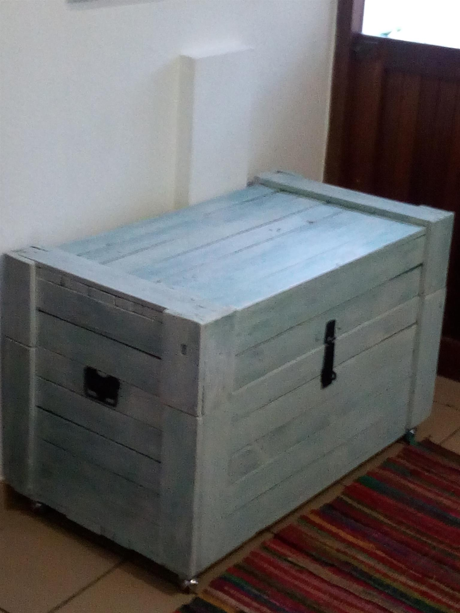 White Washed Storage Kist