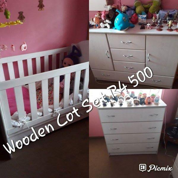 Wooden cot set