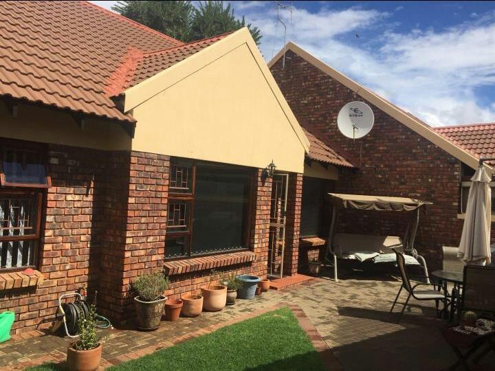 A 3 Bedroom Townhouse For Rent - Langenhovenpark, Bloemfontein