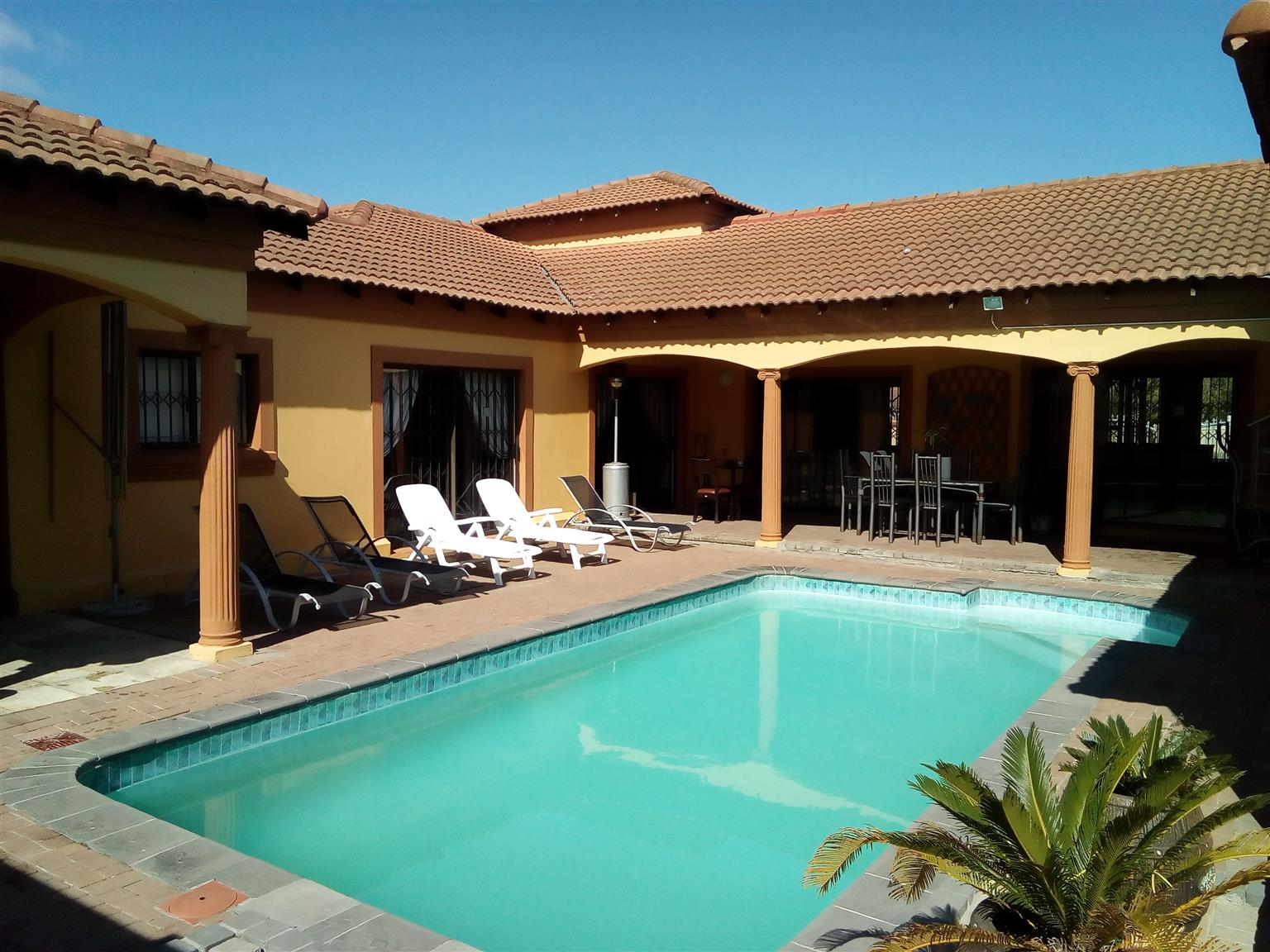 5 bedroom self-catering accommodate cape town  sleep 10 people R2500 per night whatsapp 0731518103