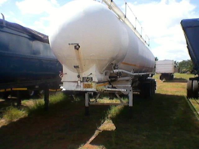 Dry bulk trailer tri axle, tested pressure at 132 kpa, make (T.E.E)