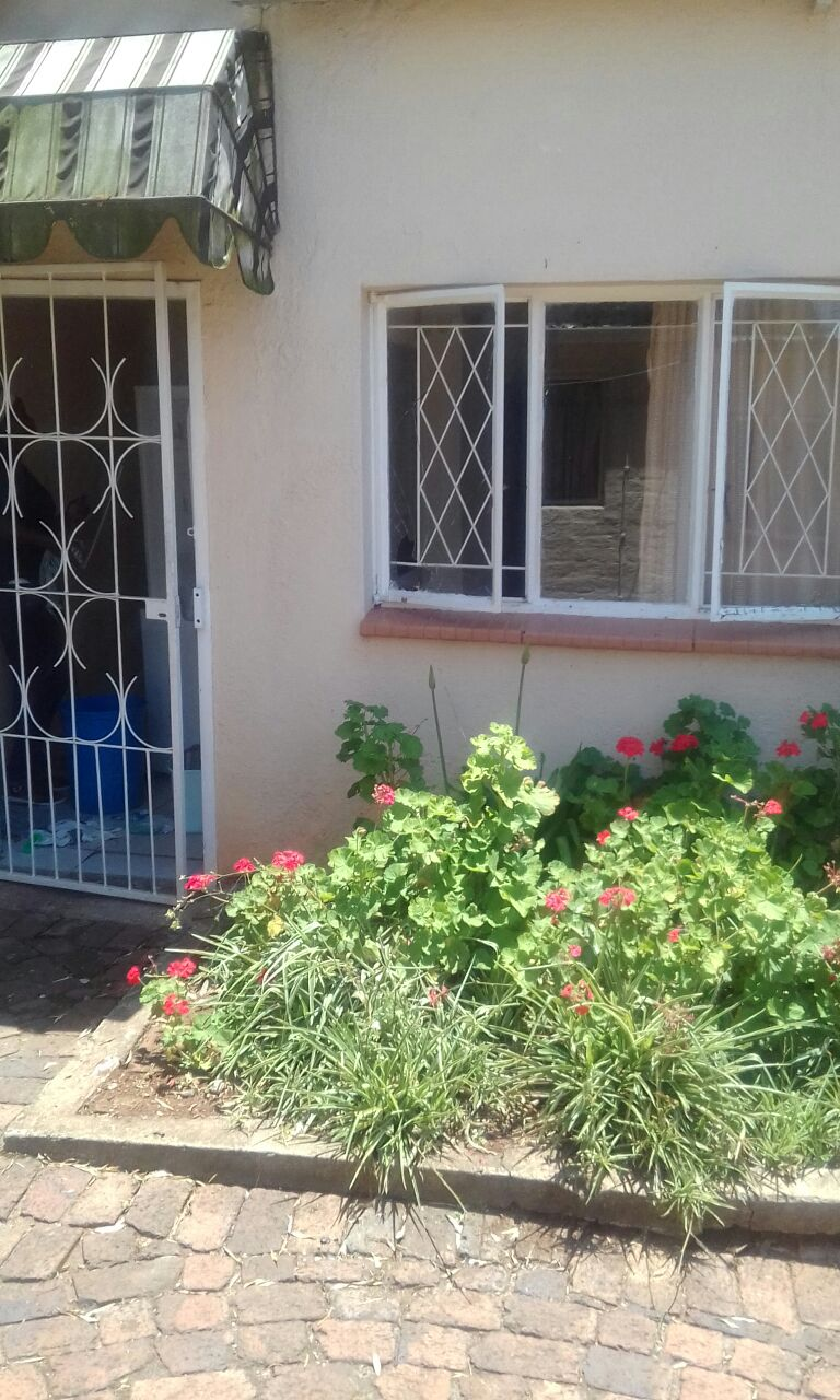 Westdene park fully furnished cottage for R2800 all inclusive prefer working professional or UJ Student, single room, free Wi-Fi