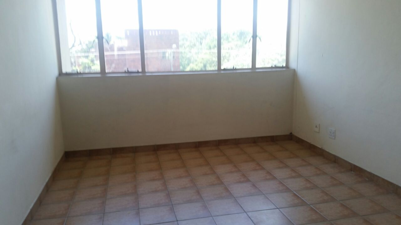 Pretoria North.Flat to Let. 2 bedroom flat. Modern with build-in cupboards, spacious open plan lounge/kitchen area with white melamine cupboards,