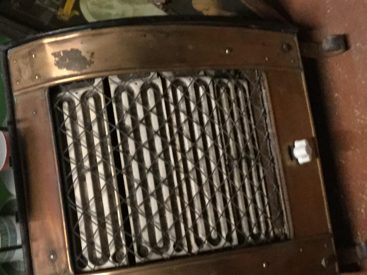 Antique heatsr in copper a delighful piece of history selling as is as you see it
