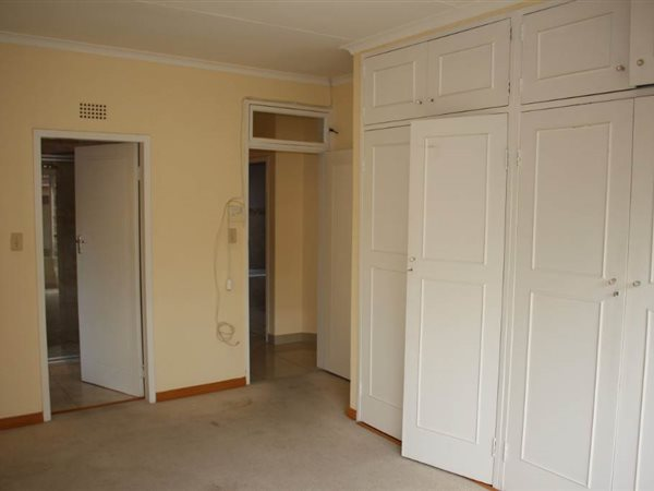 Blairgowrie 1bedroom, batrhoom, kitchen, lounge, massive older flat Rental R4800