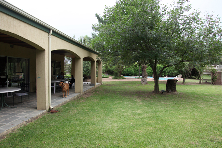 Home Stay accommodation in a Large Spacious house on a large property close to Lanseria, R512 and N14.