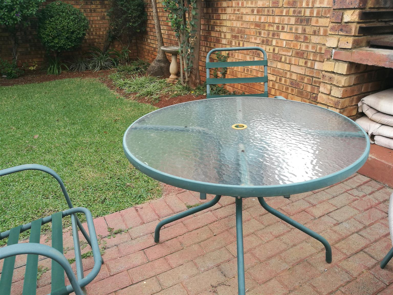 Garden table with 4 chairs, cushions included
