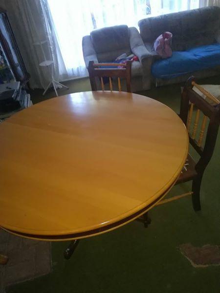 Geelhout en emboya eetkamer tafel met 5 stoele + kas | Junk Mail