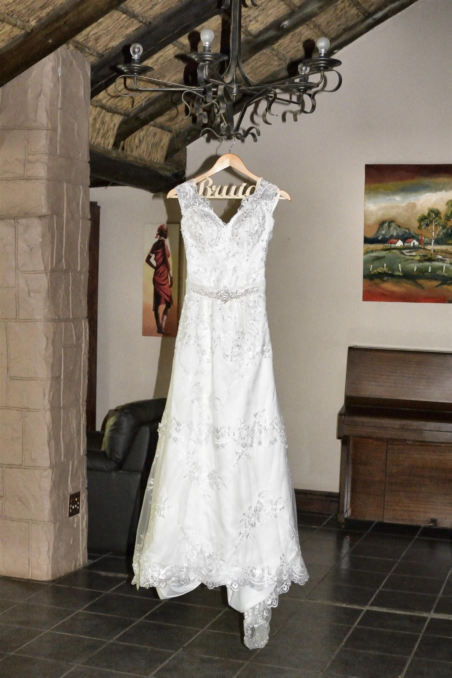 LACE WEDDING DRESS TO HIRE