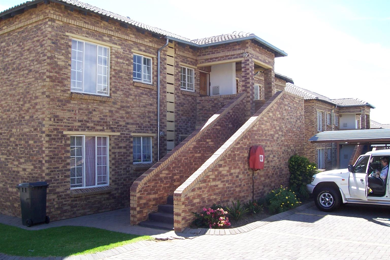 Rent only R3000 for December! Two bedrooms, one bathroom townhouse to let in Midrand, Erand gardens