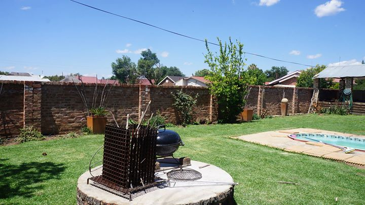 4 BEDROOM HOUSE FOR SALE IN POTCHEFSTROOM, MIEDERPARK (INCLUDES: 1X2 BEDROOM FLAT; & 1X BACHELOR FLAT)