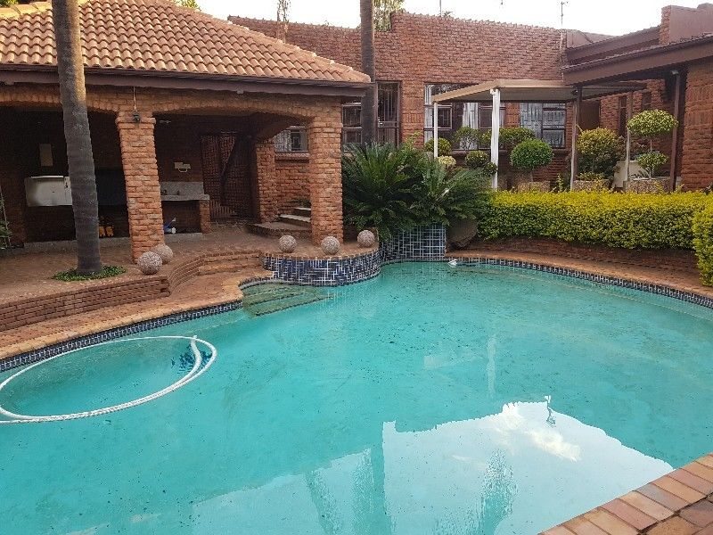 Waterkloof Heights - Palatial 5 bedrooms 3 bathrooms house available