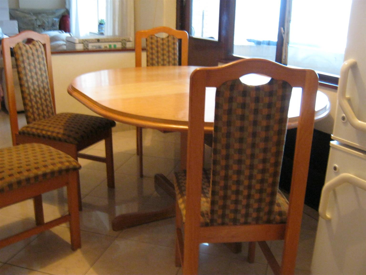 Solid oak table - extendable 6 seater with chairs