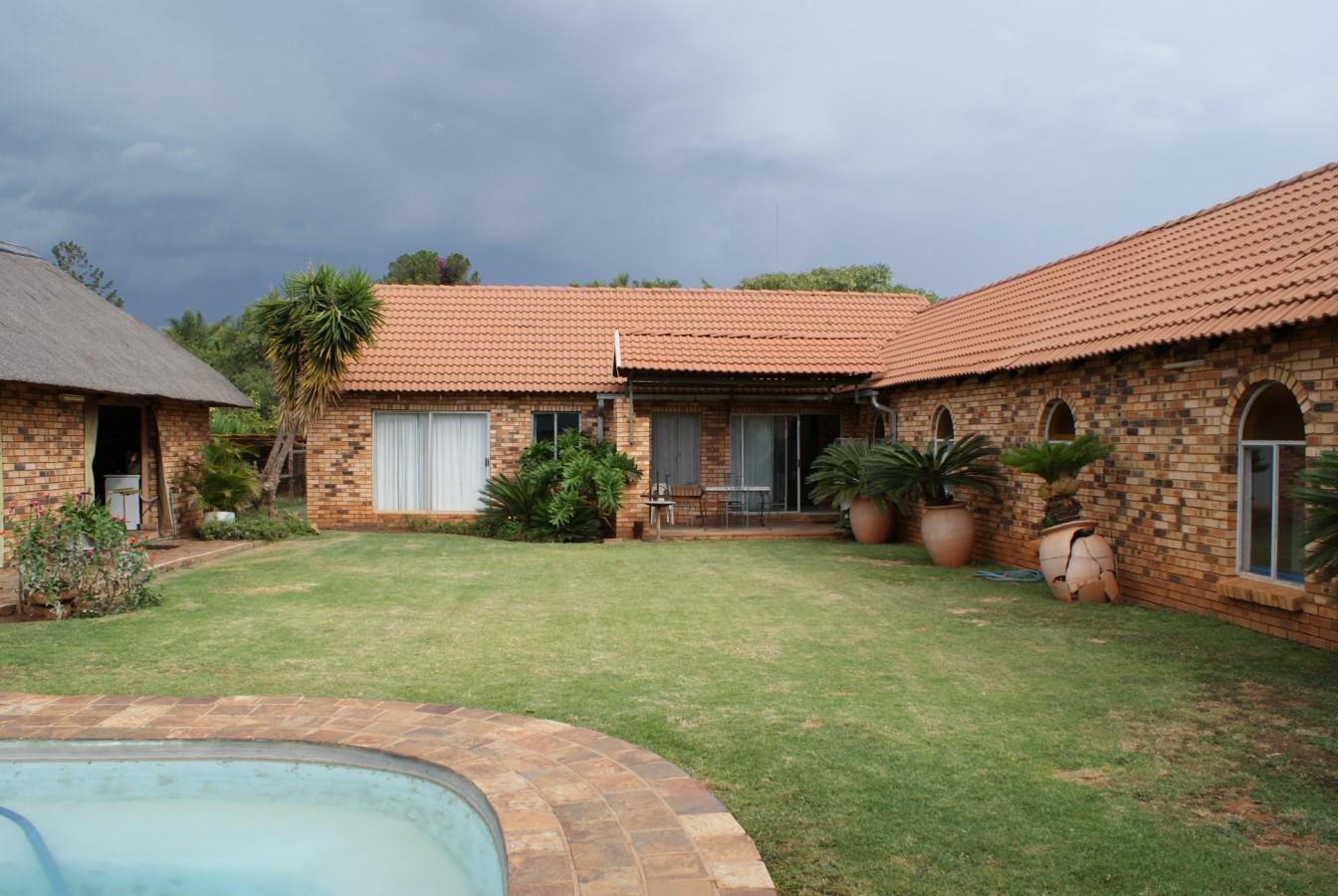 Verminderder prys......Huis / kleinhoewe tussen Pta en Brits te koop. 2,9 ha met 4 slp-kamer woning en lapa