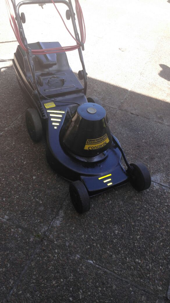 Southern Cross 2000W Electric lawnmower in excellent condition
