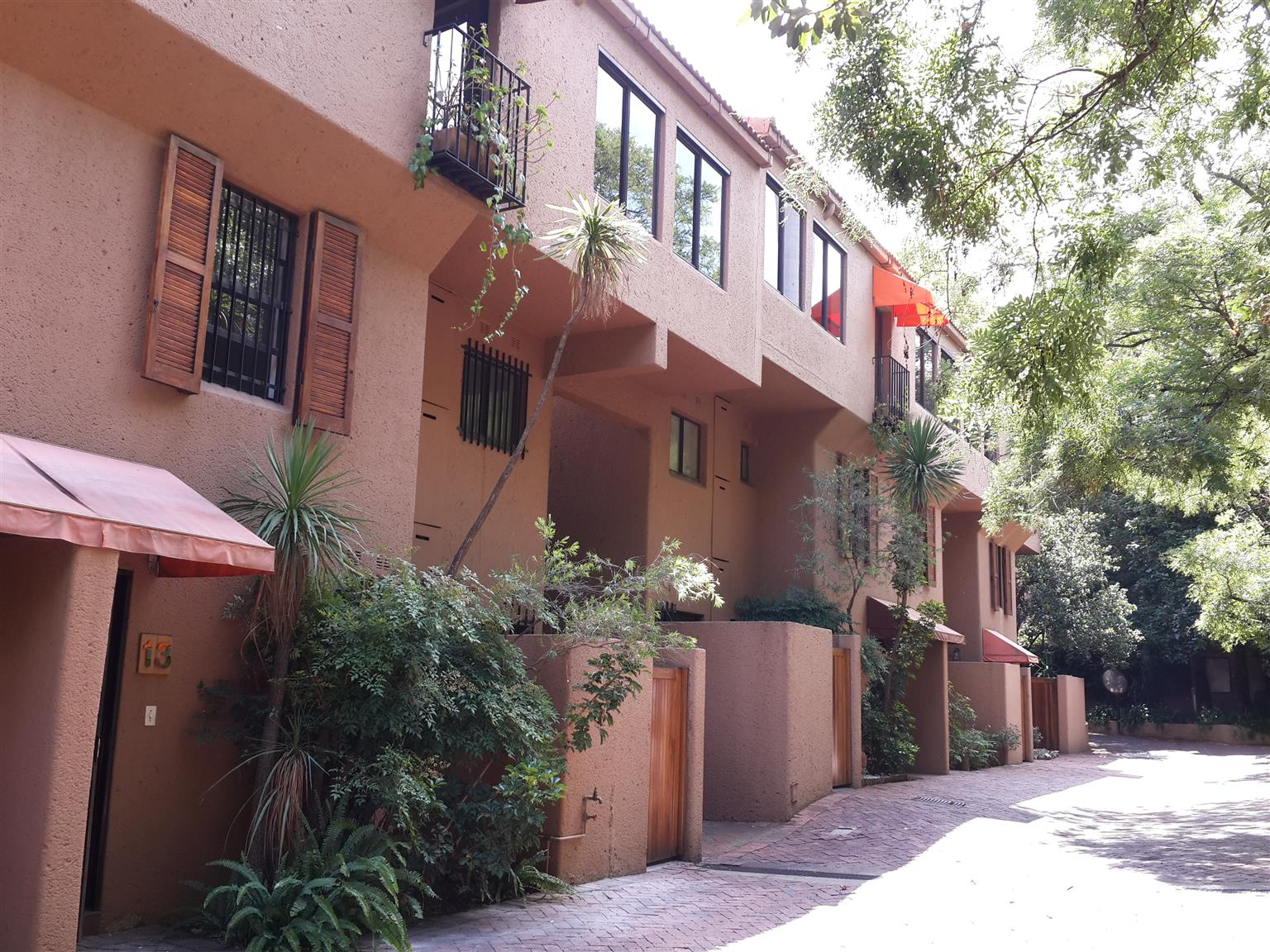 PARKTOWN - Lovely upmarket 3 bedroomed townhouse in secure complex
