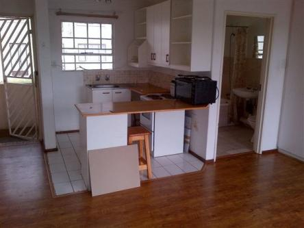 Fontainbleau RANDBURG open plan bachelo flat to let for R4000 with bathroom and kitchen