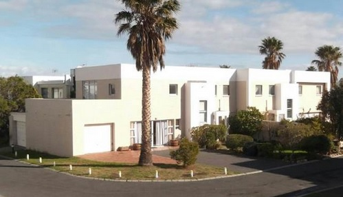 Three Bedroom Walking Distance From Beach in Gordons Bay