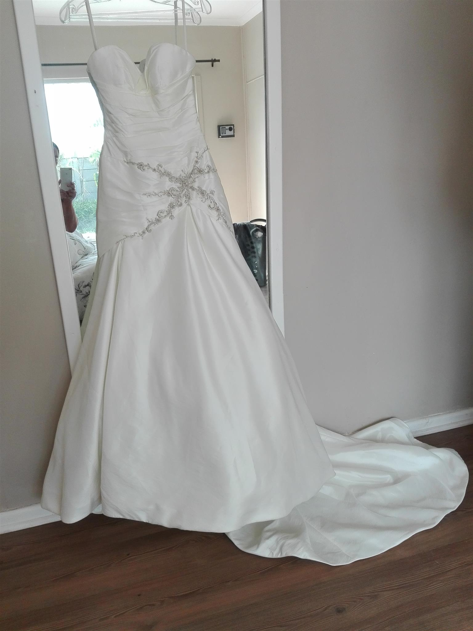 Stunning ivory wedding dress for hire/sale