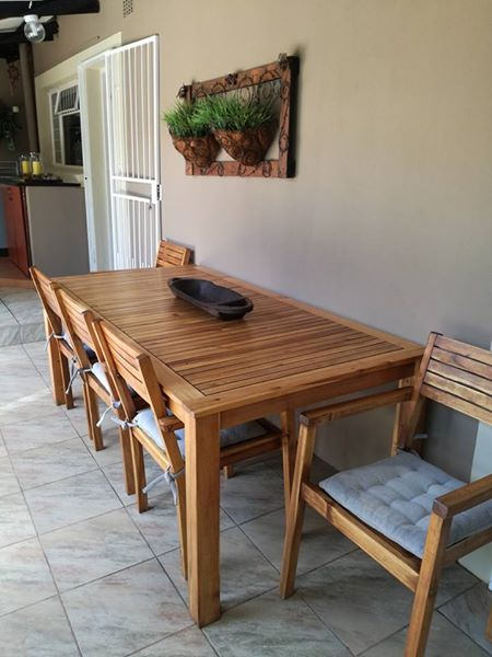 Hout patio tafel en stoele.