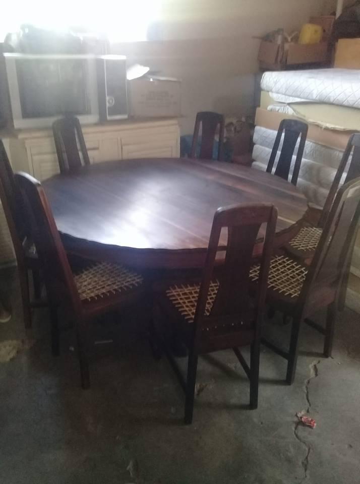 Swart stinkhout eetkamer tafel met 8 stoele | Junk Mail