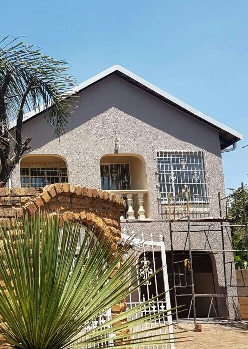 Spacious 6 bedroom home with pool available in Glen Marais