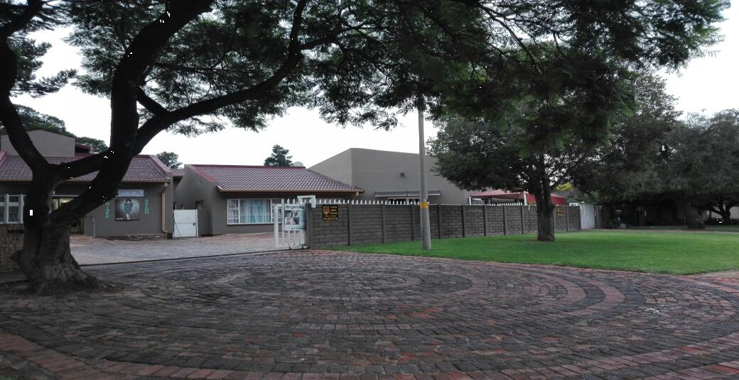 LARGE FAMILY HOME FOR SALE IN BRACKENHURST ALBERTON ALSO IDEAL FOR DOCTORS ROOMS OR LAYWERS OFFICES