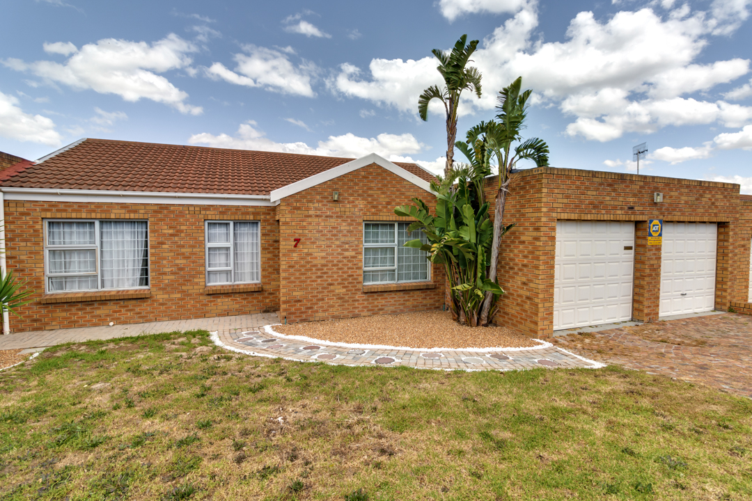 3 Bedroom house avail in Protea Heights for 1March @ R12, 490 PM for long term rental to a stable family.